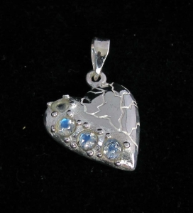 Picture of 21 x STERLING SILVER HEART PENDANTS WITH 4 ROUND CUT BLUE FIRE MOONSTONES WHOLESALE-LOT
