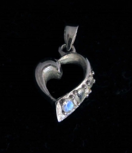 Picture of 21 x STERLING SILVER HEART PENDANTS WITH 3 ROUND CUT BLUE FIRE MOONSTONES WHOLESALE-LOT